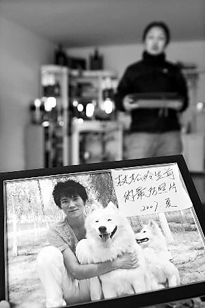 继母郭女士拿出林松岭的生前照片