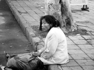 市民报警请求救助海口华海路街头一女流浪精神病人
