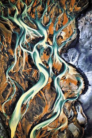 冰岛南部海岸,一条小溪从火山灰地质的地表流过.