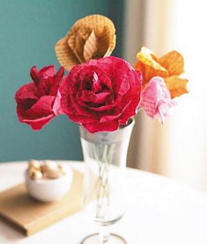 制作过程☆   1,将书页撕下进行染色,画出玫瑰花瓣的形状后剪出