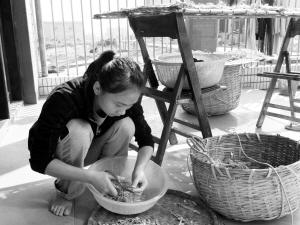 获救女孩小严在恩人方盛虎家帮其父母干家务活.