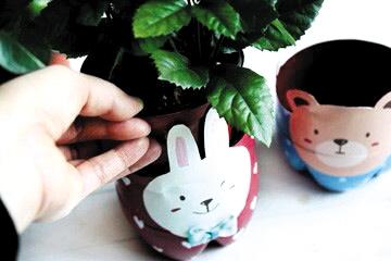 给大家带来一个用饮料瓶制作的可爱卡通动物花器,萌萌的小熊和小兔子
