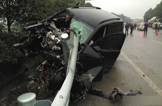 -->  11月9日下午4时许,四川广汉市三星堆快速通道往城区方向发生一起车祸,一辆车牌号为川F9E107的途观越野车在撞人逃逸过程中,又撞上一家三口,3人全部丧生。此次车祸共造成一家4人死亡。   先是把楠木村一个60多岁的老大爷撞了,但他没有停车,继续加速跑,结果就把这家人撞了,3个人,老两口和一岁多的孙女,全部撞死了。霍家亲属说。   再次撞人后,车径直撞上了路边隔离栏,隔离栏刺进了车提,车头部分全部损坏。   经警方现场确认,实际死者为4人,霍光明夫妇、霍光富和1岁多的孙女。目击者称,现场