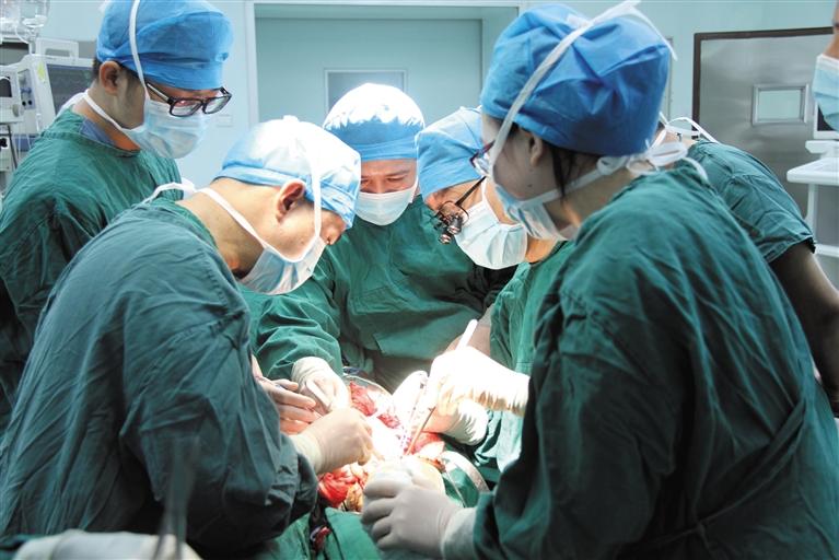 甘美正在接受医生手术