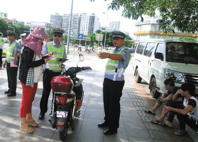 无号牌电动车上路被处罚.高清图片