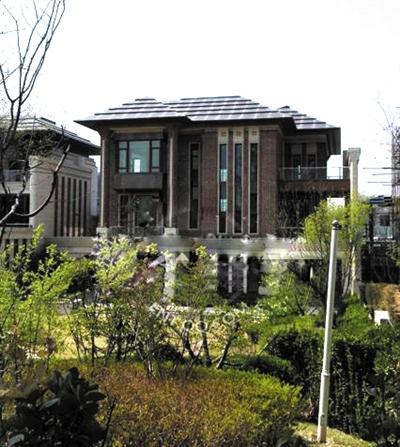 两套别墅外观奢华,三层楼自带车库,阳光房和小花园,不过因为都是毛坯