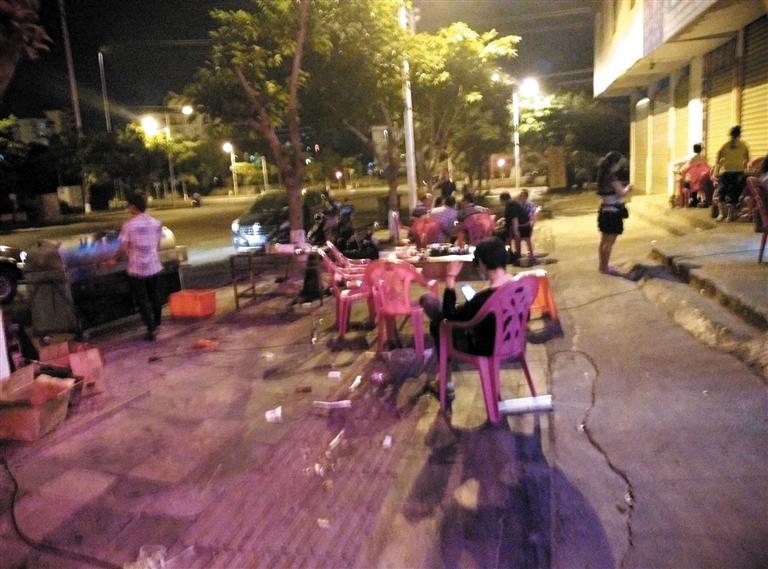 晚上11点之后,海口市金盘路海口市中医医院对面路边摆满了摊位.