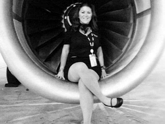 南国都市报数字报-客机起飞前 br>空姐坐引擎上拍照