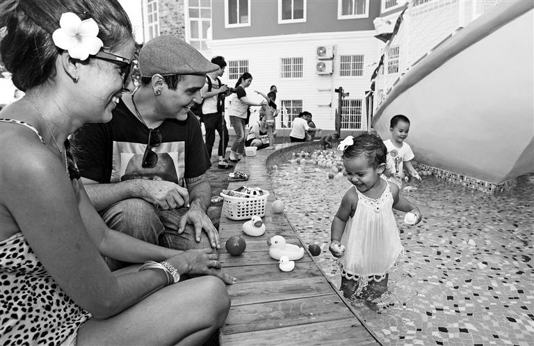 -->  南国都市报5月30日讯(记者 汪承贤 摄影报道)5月30日上午,一场精彩的文艺汇演在东智庄园幼儿园上演,来自阿根廷、法国、加拿大等国家的小朋友载歌载舞,在海南欢庆自己的节日。东智庄园幼儿园自2015年3月正式开园以来,采用自主研发课程:把游戏还给孩子,以游戏+探索的教学方式,提出孩子的微社会型新概念,在模拟真实的环境中体验生活、了解社会。同时,孩子们也将有更多机会进行户外活动,与大自然亲密接触。此外,东智庄园还把国学融入课程里,为孩子们灌输中国传统文化,打下良好品行基础。-->