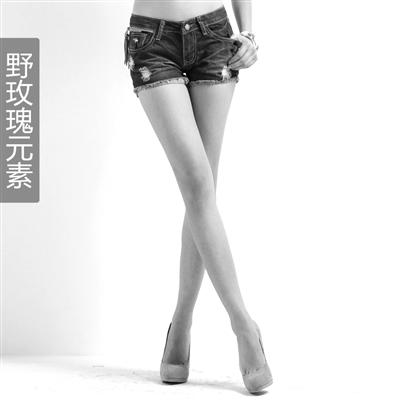 """然后将距离短裤边1-2cm的地方,向外折叠,并用针线""""拷边""""."""