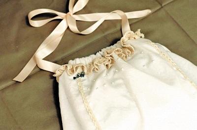 制作过程:   1,找到宝宝穿着合身的裙子作为样板,在衬衫上裁剪下