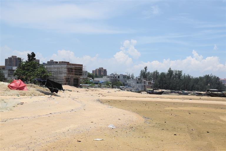 白马井滨海大道海滩,一些村民在海滩上盖房.