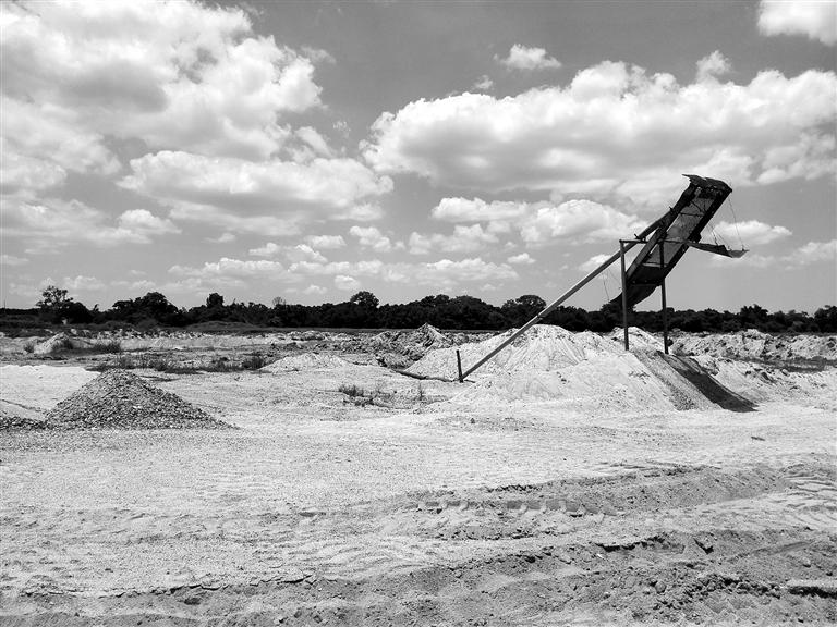 儋州市海头镇加乐村附近珠碧江河边的非法采砂设备.
