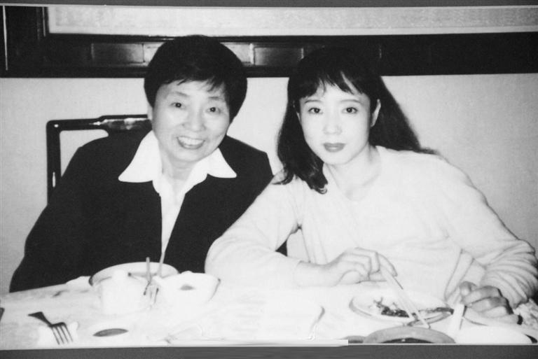 严歌苓:母亲像小女孩一样爱着父亲图片