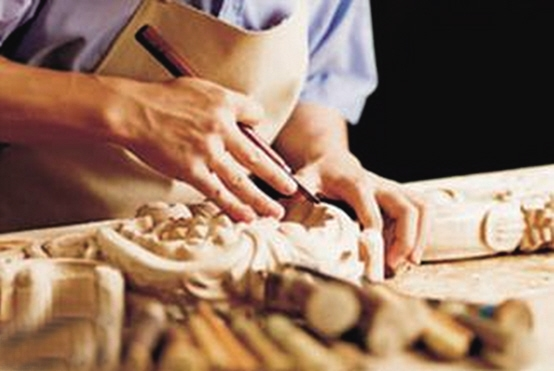 -->  红木家具让人着迷的一点就是以手工方式制作,在做工上精益求精,工艺科学合理符合人文需求。东阳红木家具因为使用传统的手工艺技艺,精雕细琢,散发出古典工艺的文化和气韵,也因为其惟妙惟肖的手工雕刻技艺,使得东阳被附上中国红木木雕之都的美名。   中国传统红木家具的灵魂是榫卯结构。在红木家具制作流程中,除榫卯结构以外,还有其传统工序,以下是红木家具的制作工艺流程   1、蒸煮杀虫   木蛀虫大多虫卵栖隐在木材之中,变成成虫后就会破坏家具的外观和使用价值,木材在特殊药材蒸煮过程中,其内部的虫卵、幼虫也同