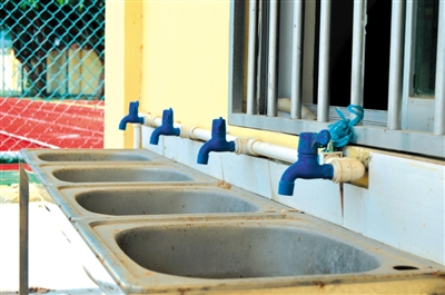 南国都市报数字报-村里欠百万水费停水 br 百名