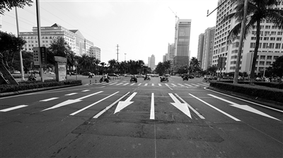 """二是""""增车道"""":滨海大道(玉兰路口至丘滨路口)路段通过缩小现有车道"""