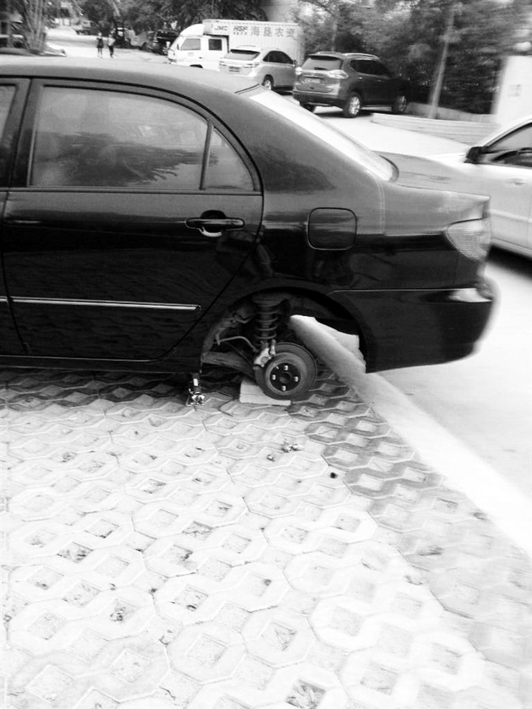 千斤顶顶起车盗走汽车轮胎
