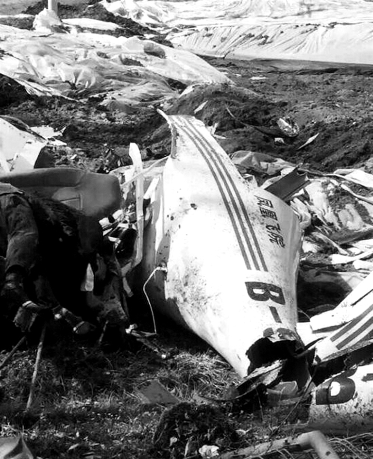 一架小型飞机坠毁