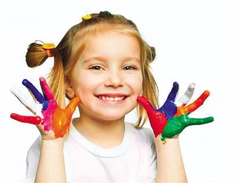 -->  当家里的小孩在乱涂乱画时,家长该如何引导?当小孩一直在画精细的对称图形时,画里藏着怎样的心事?当孩子一直画汽车,其它的都不画,这样是好还是不好?作为家长,你能看懂孩子画里的秘密吗?   让孩子学画画并不是要让他成名成家,更多的是在画画的过程中让他抒发自己的情感,找到真正的自我,从而有一个正确的价值观和对生活积极向上的态度。首先我们要了解孩子在绘画方面的发展规律以及特征,然后相对应地观察自己家的宝宝处在哪一个阶段,该如何看待孩子画画的方式和内容。   感知期0到3岁   享受在纸上留下痕迹的过程