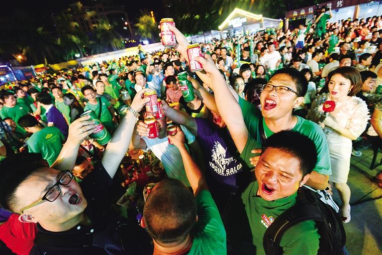 """""""参加了2016海口第四届青岛啤酒节的吴斌对记者说."""