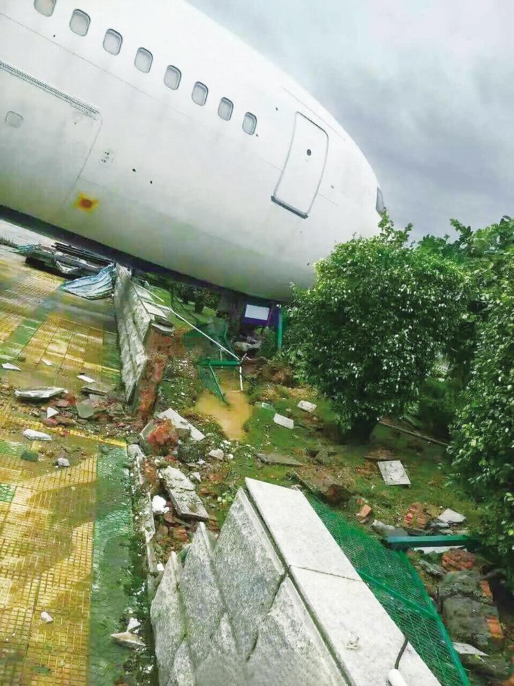厦门机场的一架波音767飞机被台风吹跑撞墙