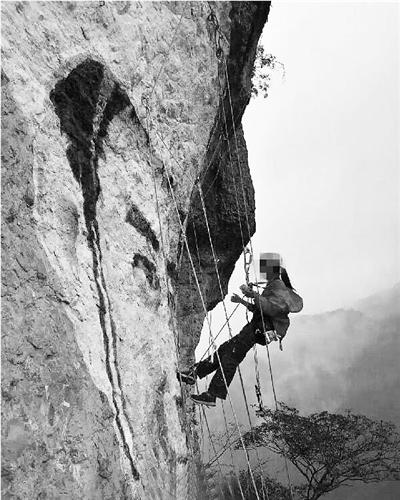 悬崖峭壁上被人画上了一个男子头像.记者从有关部门了解到:经