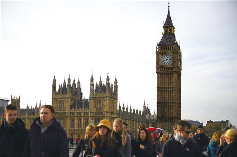 11月3日,在英国首都伦敦,人们从议会大厦前走过.图片