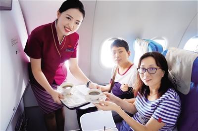 南航乘务员在飞机上为两位特殊乘客提供贴心服务.蒋艳/供图