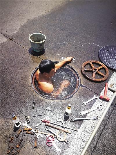 琼海一维修工 下窨井修漏水点 多次潜水 抢修水管