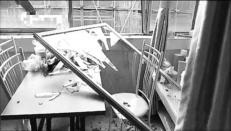钢管掉落砸破窗户玻璃.南国都市报记者 王燕珍 摄