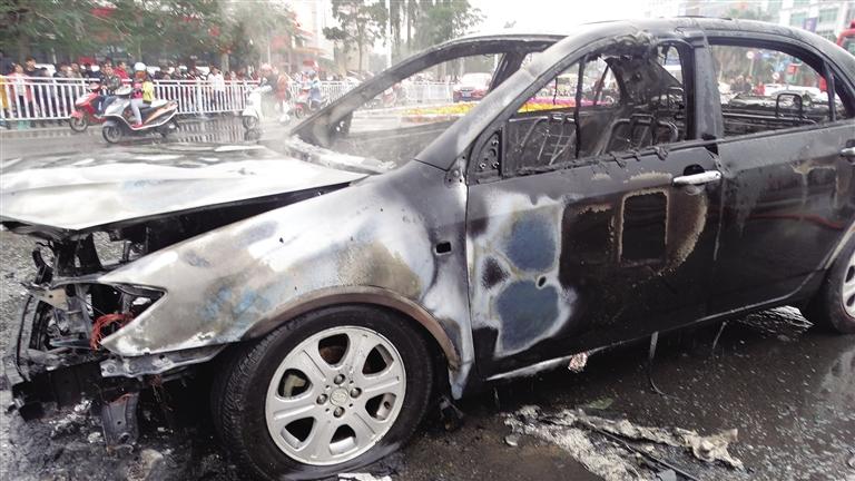 儋州一轿车突起火 烧成空架子