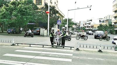 交警抬轮椅 护送老人过马路