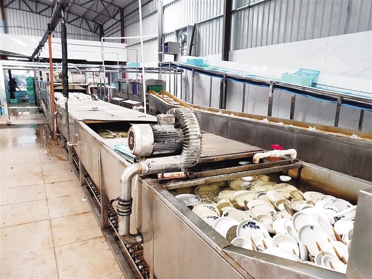 碗洁难保!无生产日期、未隔段生产 海口部分餐具卫生堪忧